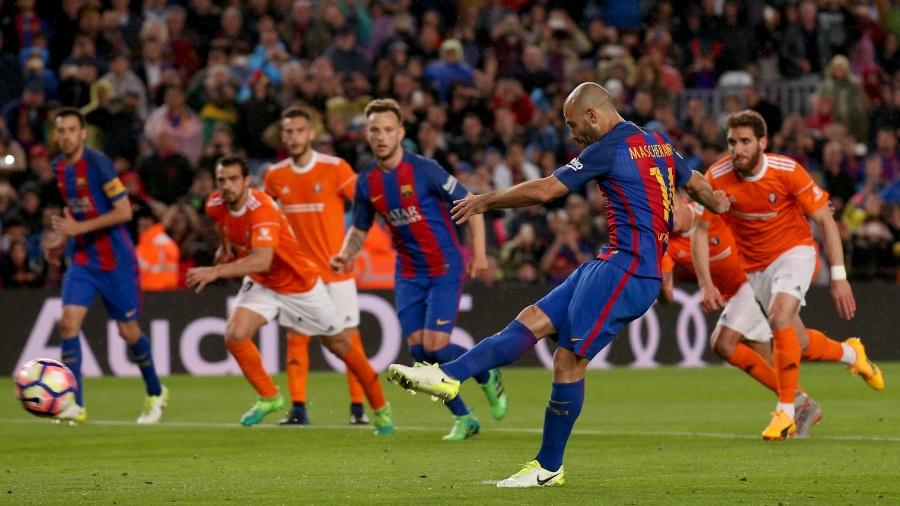 Mascherano cobra pênalti para o Barcelona contra o Osasuna - REUTERS/Albert Gea