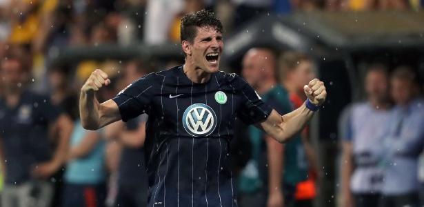 Mario Gomez comemora permanência do Wolfsburg na 1ª divisão
