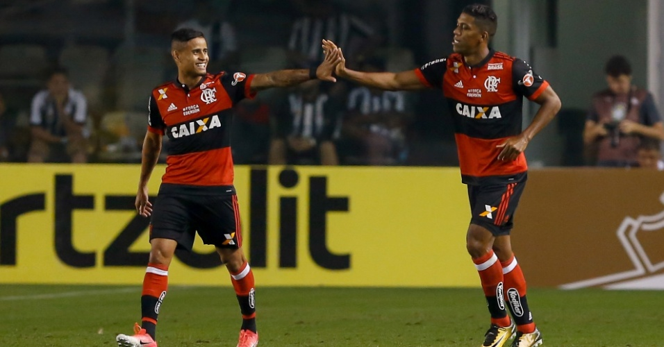 Everton e Berrío comemoram gol do Flamengo contra o Santos na Copa do Brasil