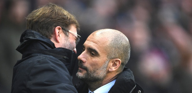 Jurgen Klopp, técnico do Liverpool, abraça Pep Guardiola, treinador do City