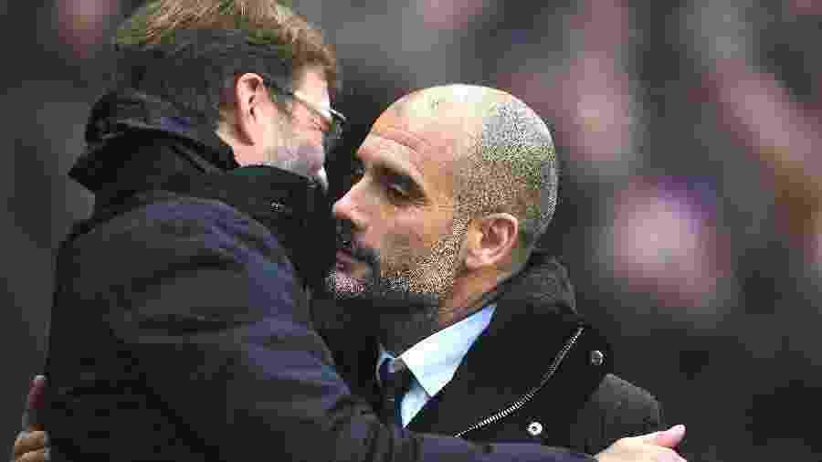 """Klopp e Guardiola se abraçam durante City x Liverpool. O treinador do City promete """"corredor de honra"""" para os rivais - Laurence Griffiths/Getty Images"""