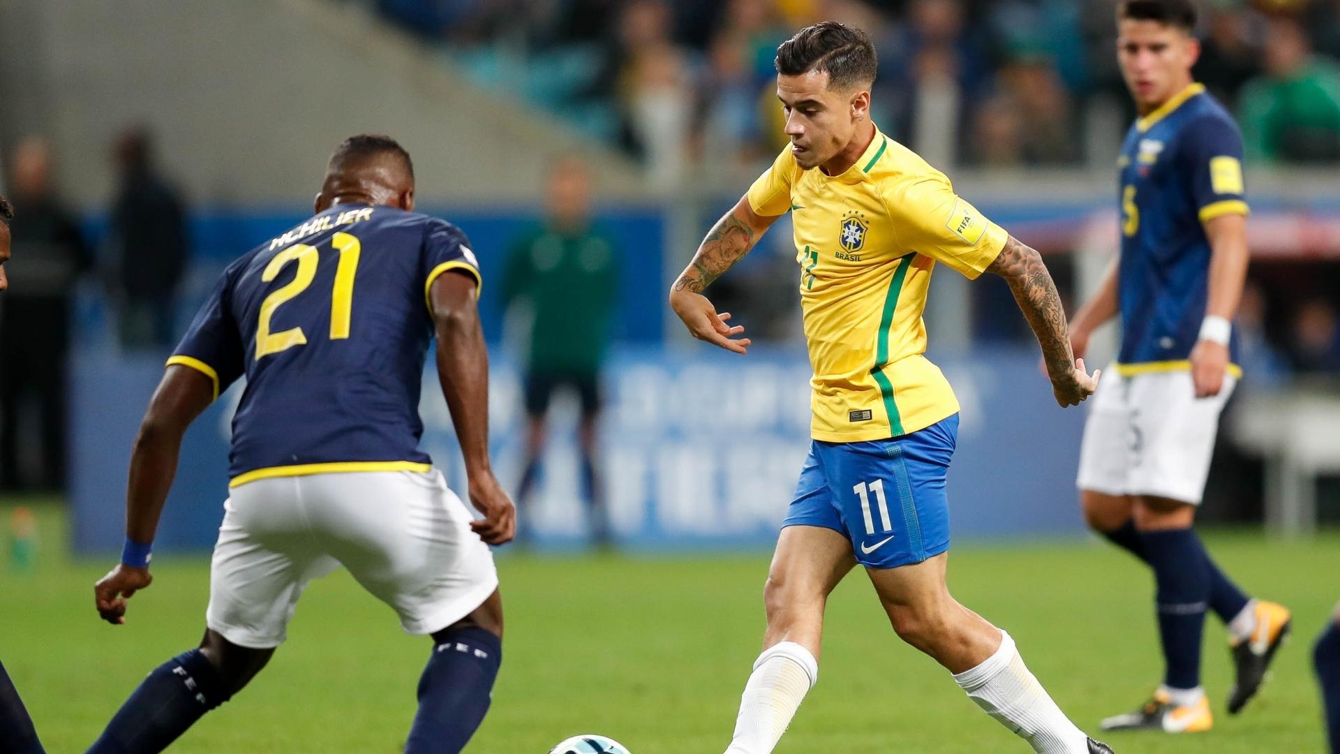 Philippe Coutinho encara a marcação de Achiller na Arena Grêmio