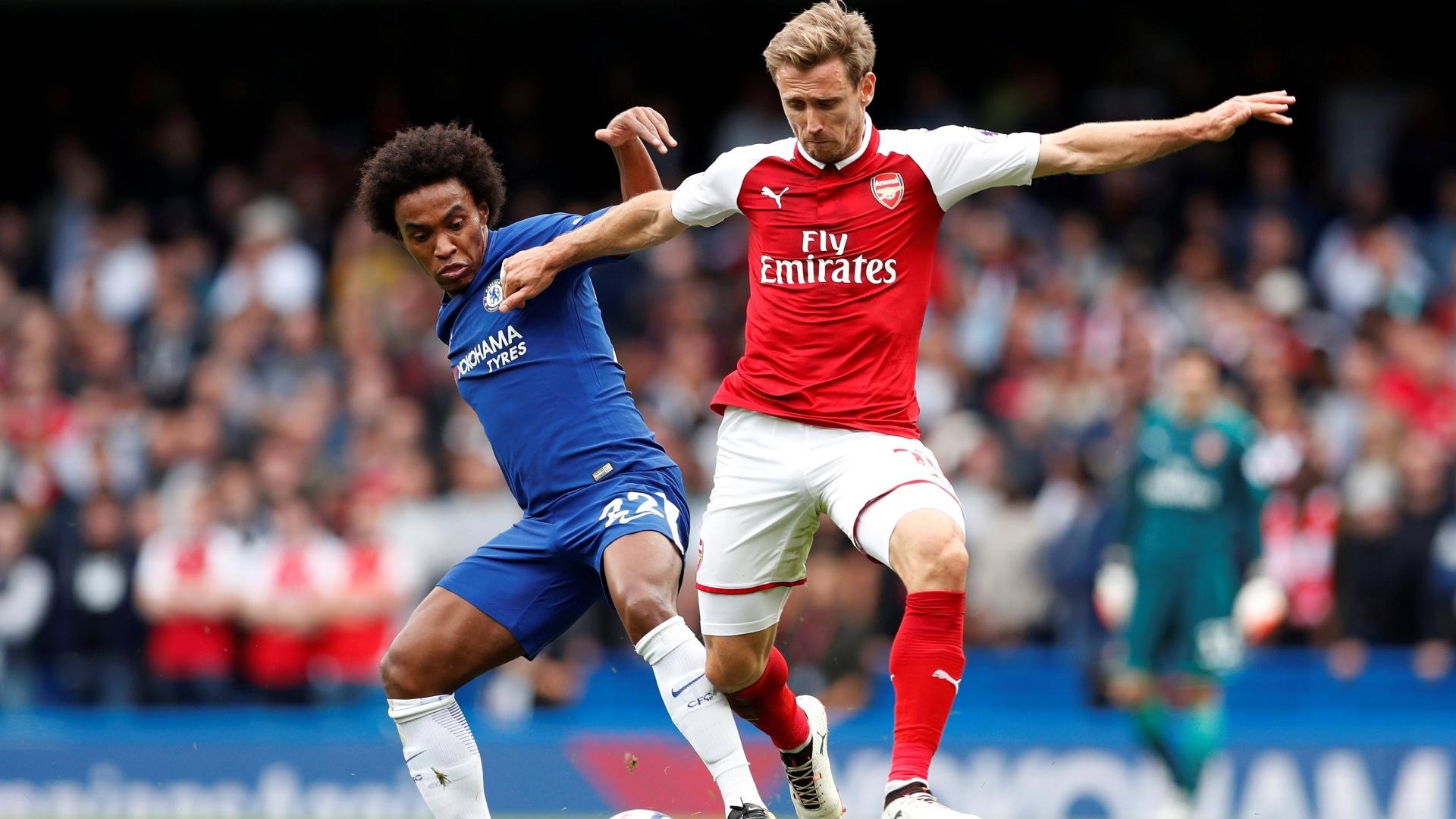 Willian, do Chelsea, disputa bola com Monreal, do Arsenal