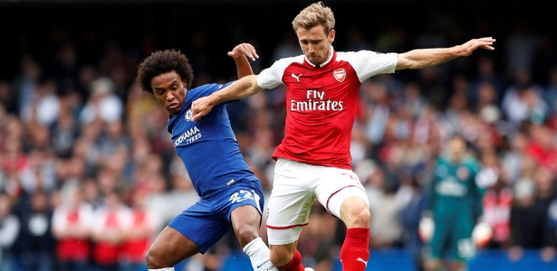 Willian, do Chelsea, disputa bola com Monreal, do Arsenal