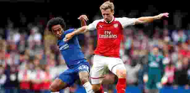 Willian, do Chelsea, disputa bola com Monreal, do Arsenal - John Sibley/Reuters - John Sibley/Reuters
