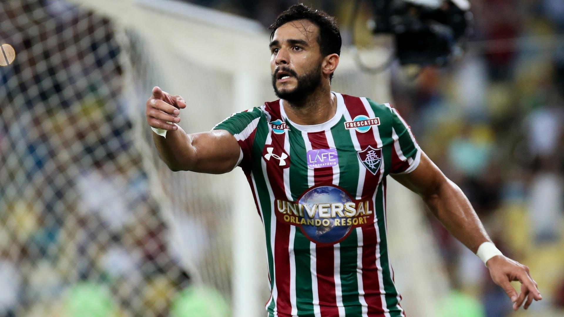 Henrique Dourado, do Fluminense, comemora gol sobre o Coritiba