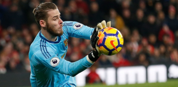 O goleiro do United David De Gea segura a bola na vitória contra o Arsenal