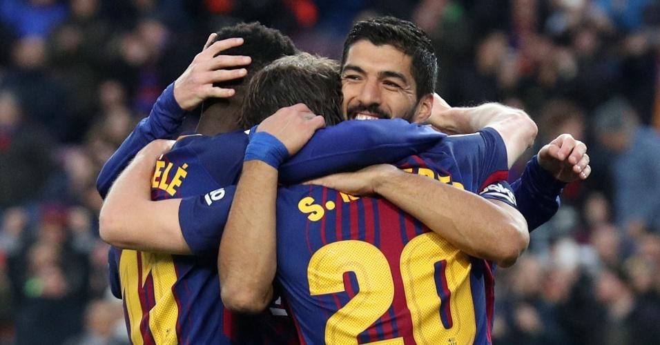 Suárez marca para o Barcelona e comemora com seus companheiros