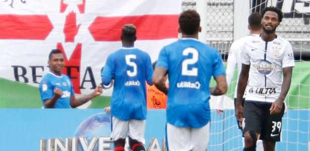 Morelos comemora gol do Rangers contra o Corinthians