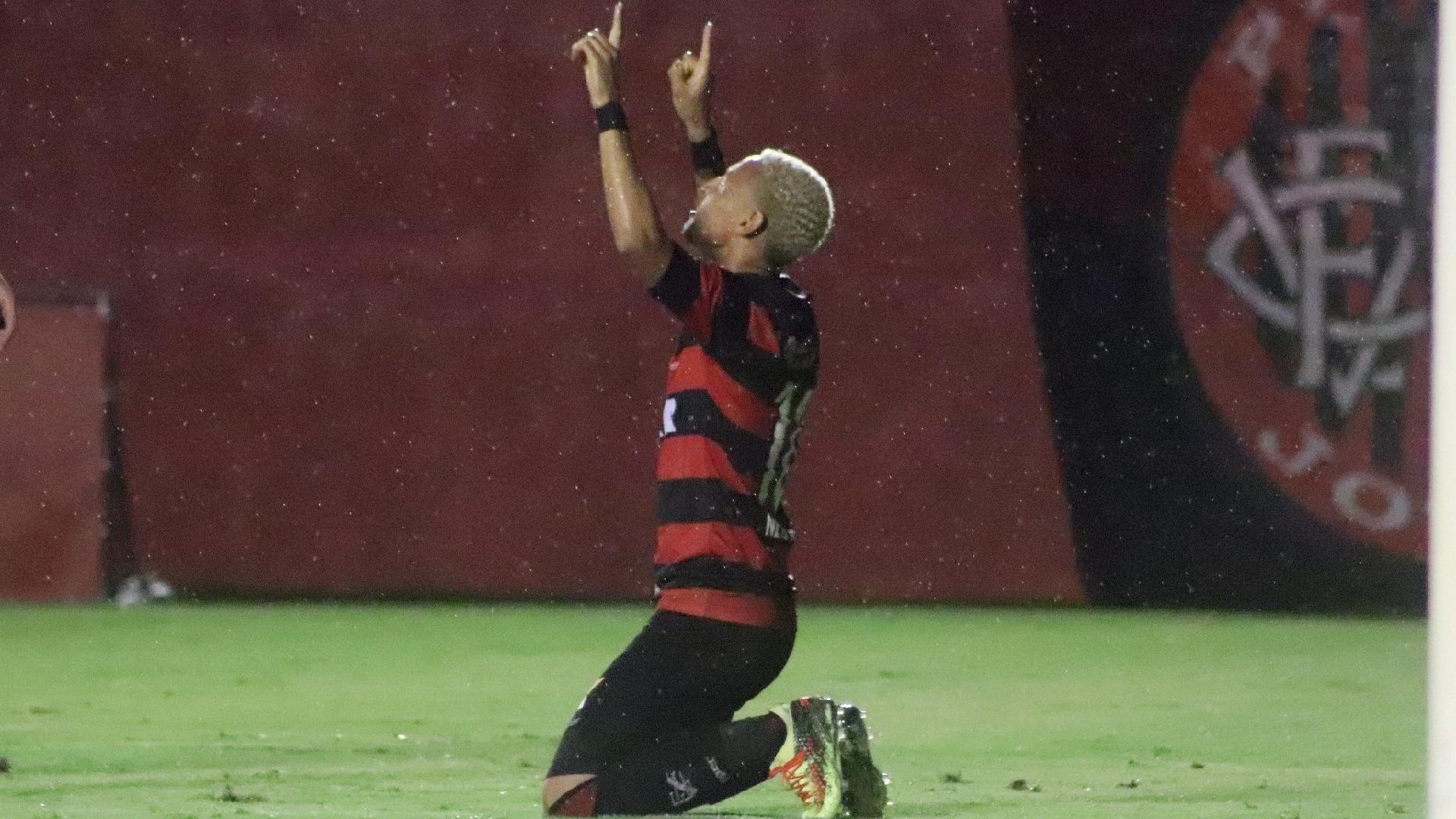 Neiton comemora gol do Vitória contra o Bahia de Feira