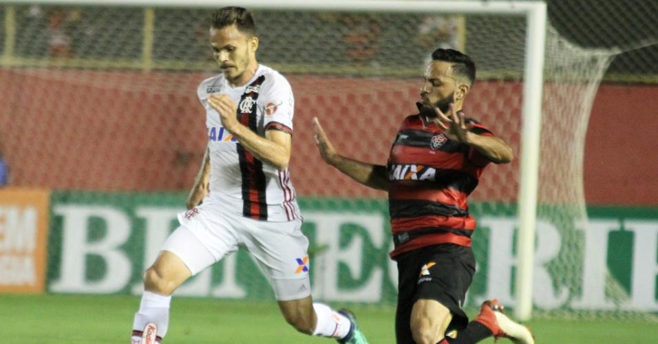 Renê, do Flamengo,e Yago, do Vitória, disputam a bola durante partida pelo Brasileirão