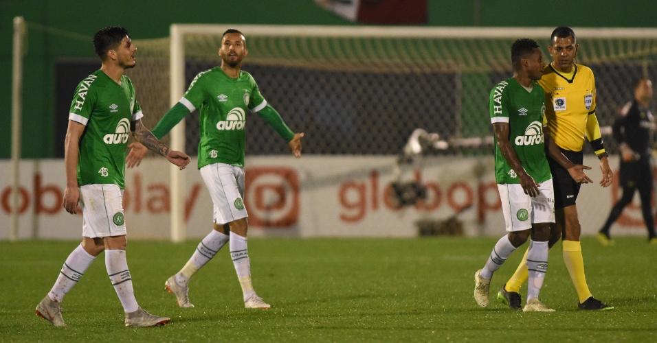 2 a 1 no Brasileirão | Chape bate Inter de virada e coloca SP na liderança; veja gols
