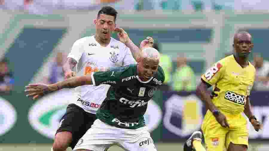 Deyverson (à frente) e Ralf brigam por bola no clássico entre Palmeiras e Corinthians - Palmeiras/Flickr