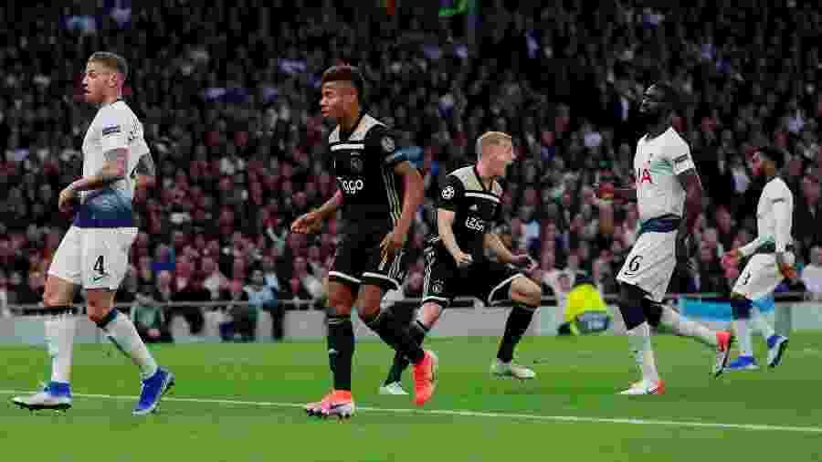 Van de Beek comemora gol do Ajax contra o Tottenham - Reuters/Andrew Couldridge
