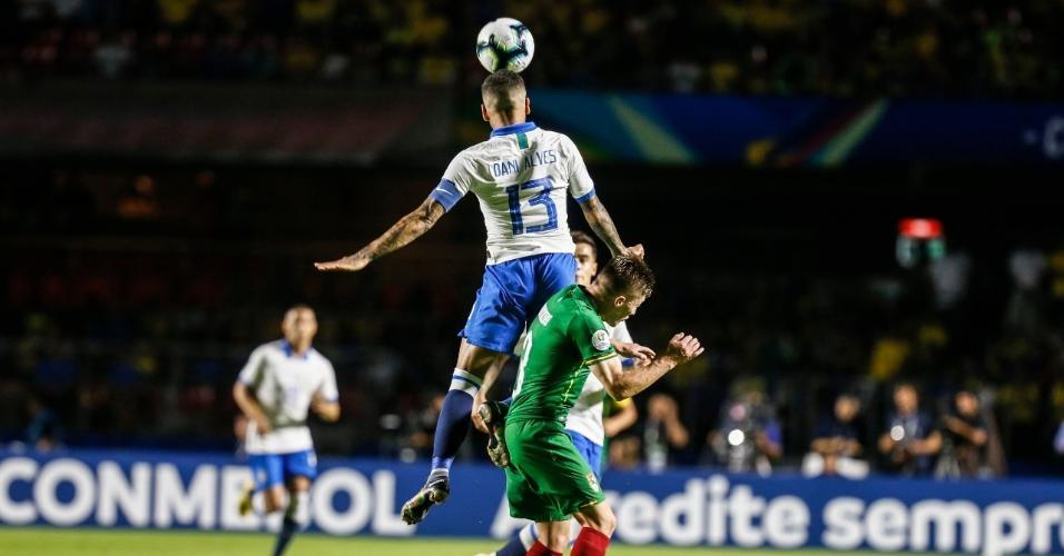 Daniel Alves durante Brasil x Bolívia na Copa América