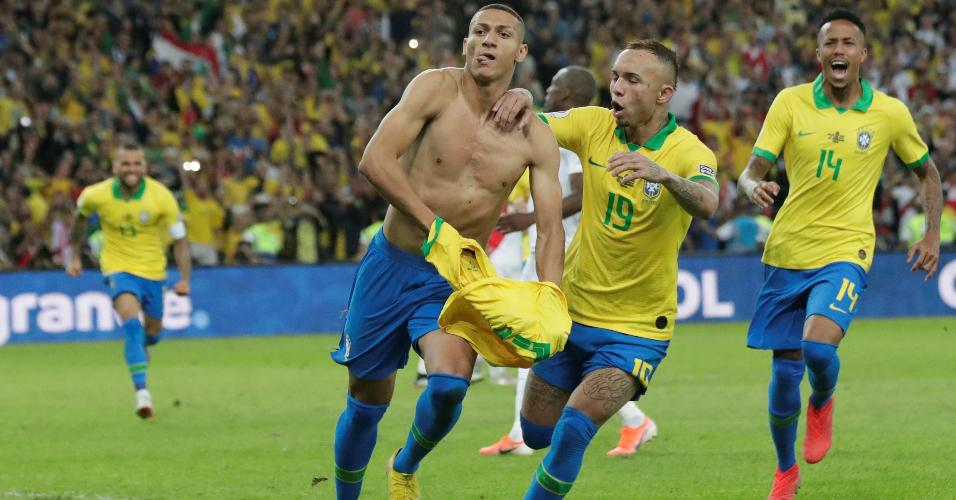 Richarlison comemora gol do Brasil contra o Peru