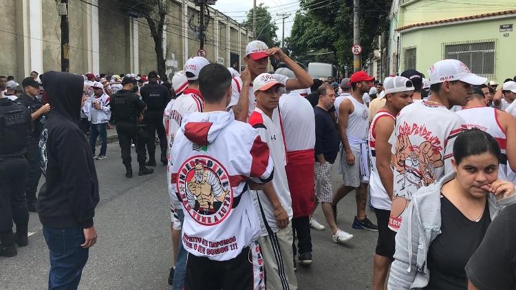 Integrantes da organizada na porta do São Januário - Bruno Braz/UOL