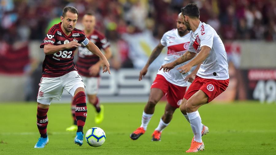 Everton Ribeiro, durante jogo Flamengo x Internacional bastante contestado por rivais - Thiago Ribeiro/AGIF