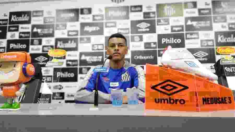 Tailson concede entrevista coletiva no CT do Santos - UOL
