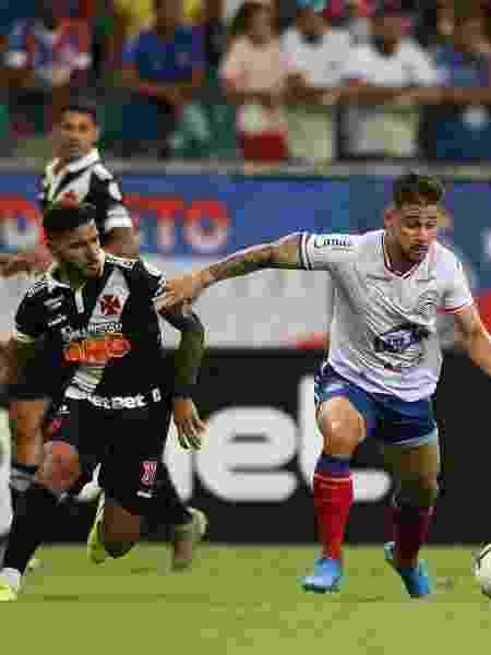 Jogadores disputam bola durante partida entre Bahia e Vasco - TIAGO CALDAS/FOTOARENA/ESTADÃO CONTEÚDO