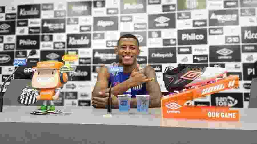 Arthur Gomes concede entrevista coletiva no CT do Santos - UOL