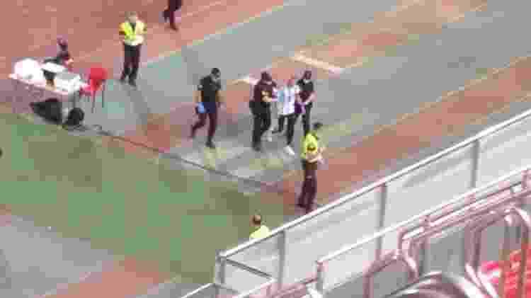 Homem que invadiu Mallorca x Barcelona foi retirado pelos seguranças - Reprodução - Reprodução