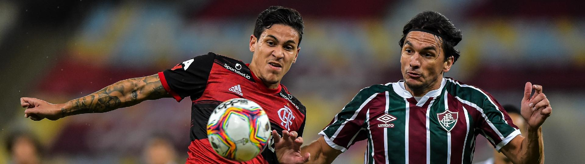 Pedro, do Flamengo, e Matheus Ferraz, do Fluminense, disputam bola na final do Carioca 2020