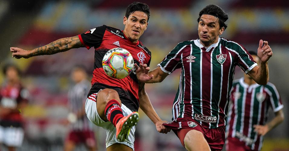 Pedro, do Flamengo, e Matheus Ferraz, do Fluminense, disputam bola na final do Carioca 2020