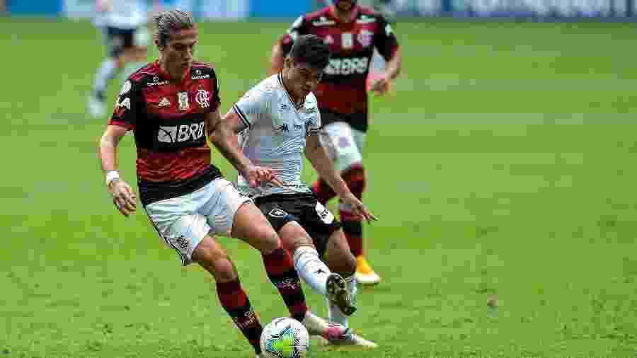 Filipe Luís e Kevin em disputa no clássico Flamengo x Botafogo - Thiago Ribeiro/AGIF