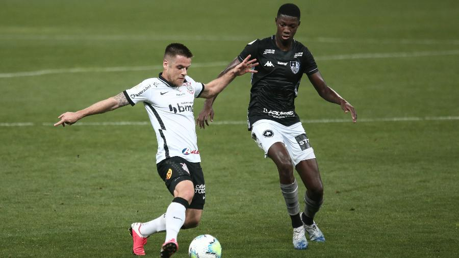 Ramiro e Matheus Babi disputam lance em Corinthians x Botafogo - Ettore Chiereguini/AGIF