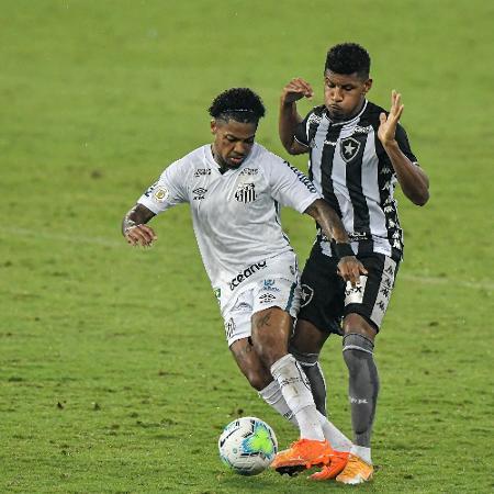 Marinho, do Santos, protege a bola em lance do duelo com o Botafogo -  Thiago Ribeiro/AGIF