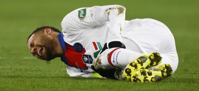 Craque brasileiro deixou o jogo do PSG contra o Caen antes dos 90 minutos após receber uma entrada dura na coxa - Stephane Mahe/Reuters