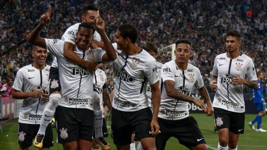 Jô comemora gol no jogo do título do Corinthians, no Brasileirão de 2017 - MIGUEL SCHINCARIOL / AFP