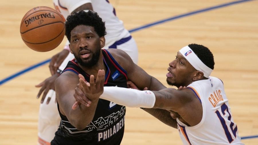 Joel Embiid, do Philadelphia 76ers, faz jogada incrível durante partida contra o Phoenix Suns - Mitchell Leff/Getty Images