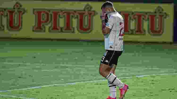 Bruno Gomes, volante do Vasco, sai chorando de campo após ser expulso contra o Goiás - Heber Gomes/AGIF - Heber Gomes/AGIF