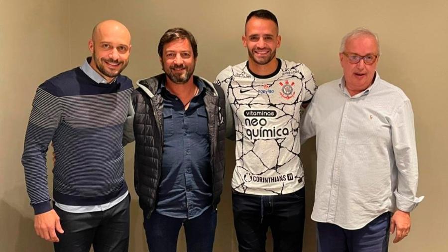 Diretoria do Corinthians posa ao lado de Renato Augusto no retorno do meia ao clube  - Agência Corinthians