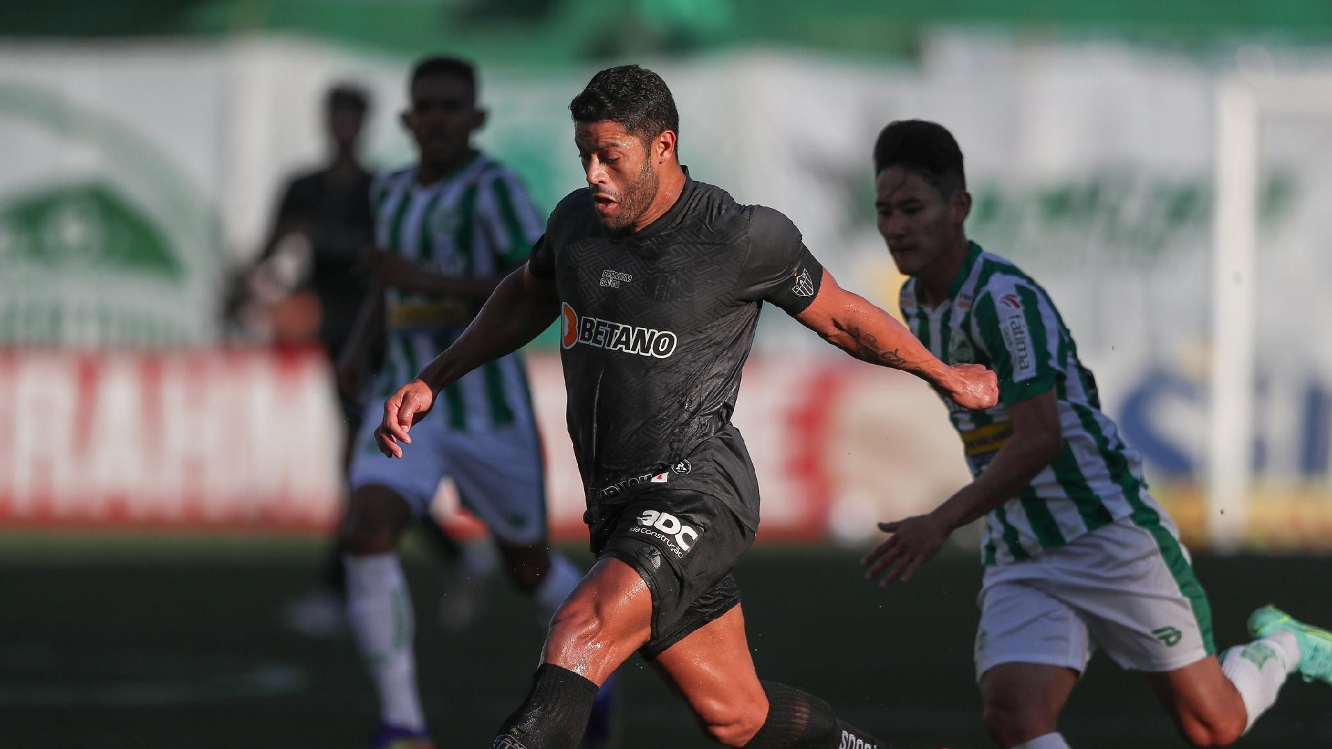 Atacante Hulk em disputa de bola com jogador do Juventude, pela Série A do Brasileirão