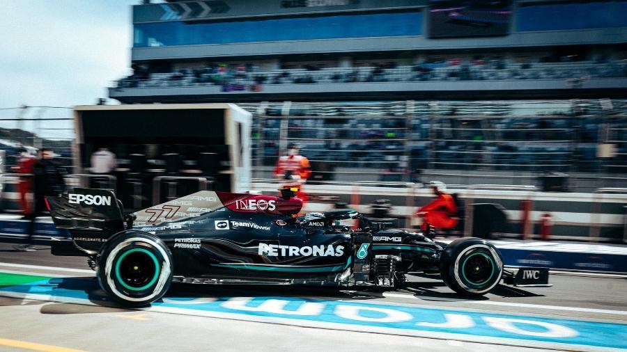 Valtteri Bottas deixa os boxes da Mercedes em Sochi no primeiro dia de treinos para o GP da Rússia  - Mercedes