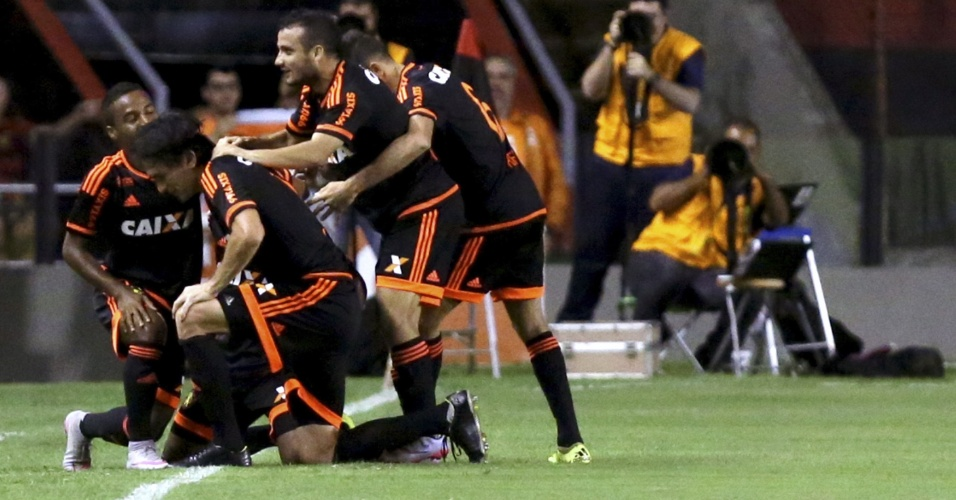 Jogadores do Sport comemoram gol marcado contra o Bahia,na Ilha do Retiro, em jogo válido pela Copa Sul-Americana