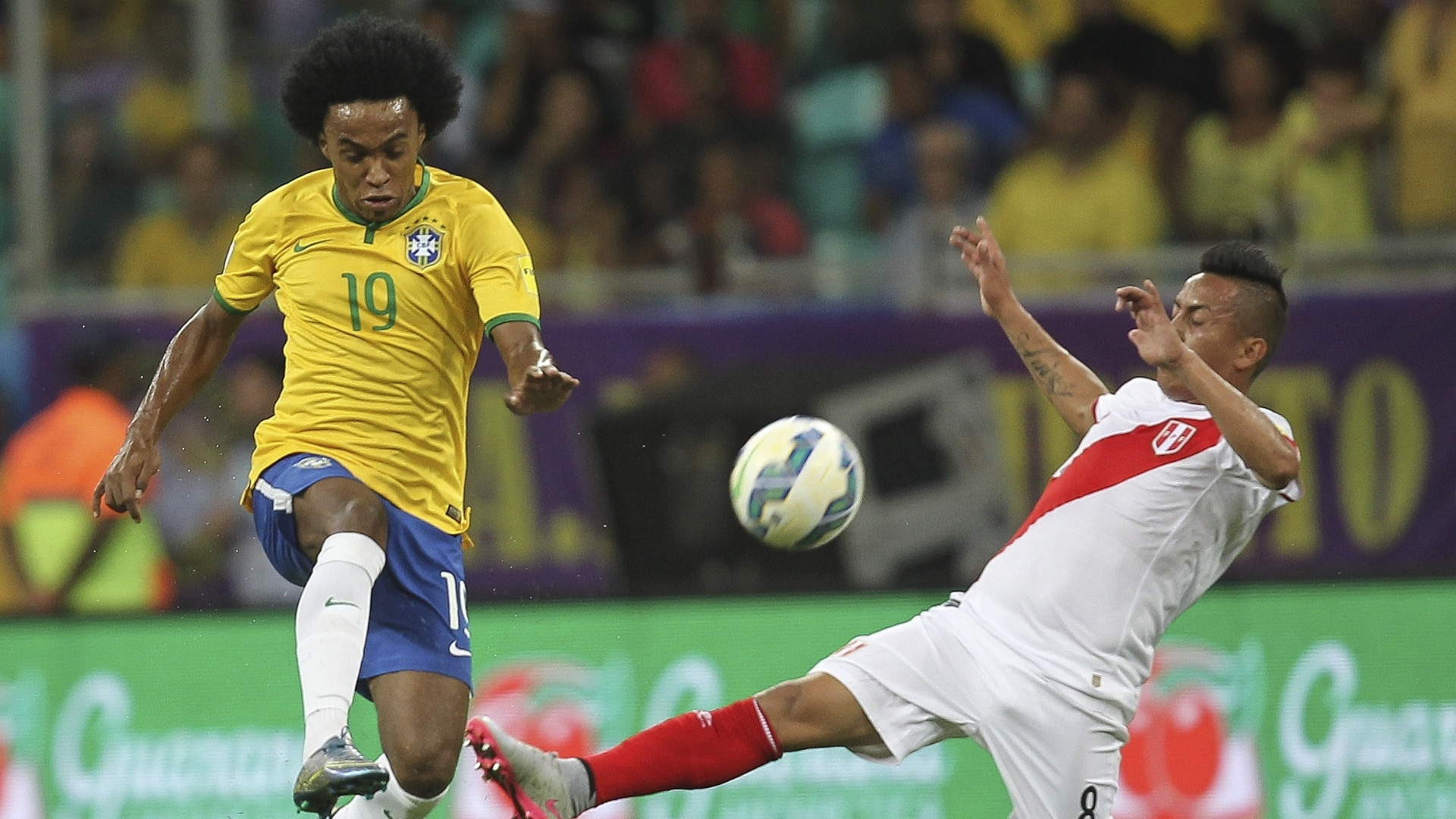 Willian disputa a bola na partida do Brasil contra o Peru nas Eliminatórias