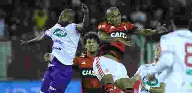 Sheik disputa a bola com os jogadores do Fortaleza em mais uma queda do Flamengo - Gilvan de Souza / Flamengo
