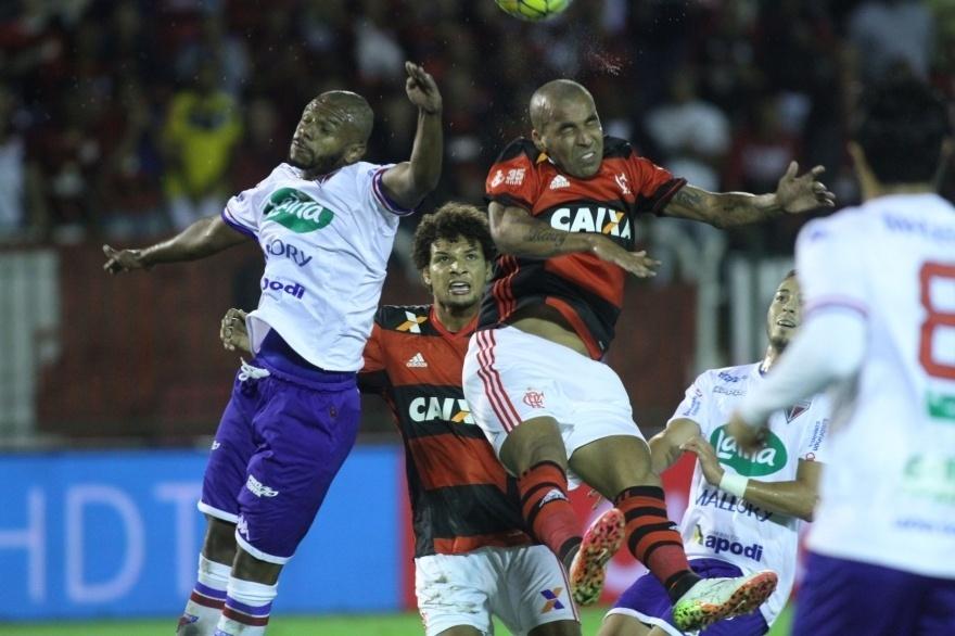 Sheik disputa bola com jogadores do Fortaleza na partida válida pela Copa do Brasil