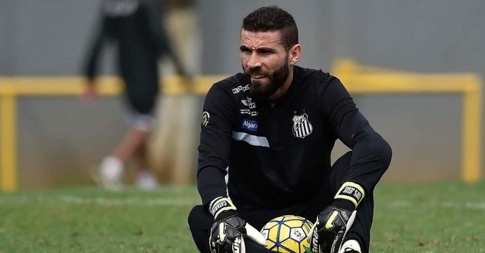 O goleiro Vanderlei durante treino do Santos