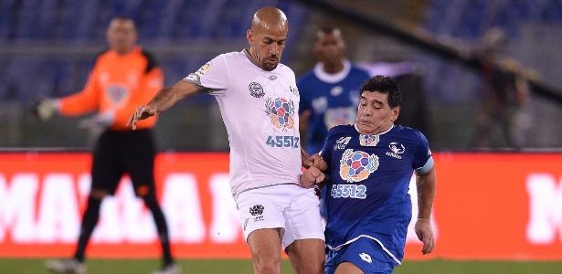 Verón recebe a marcação de Maradona durante amistoso