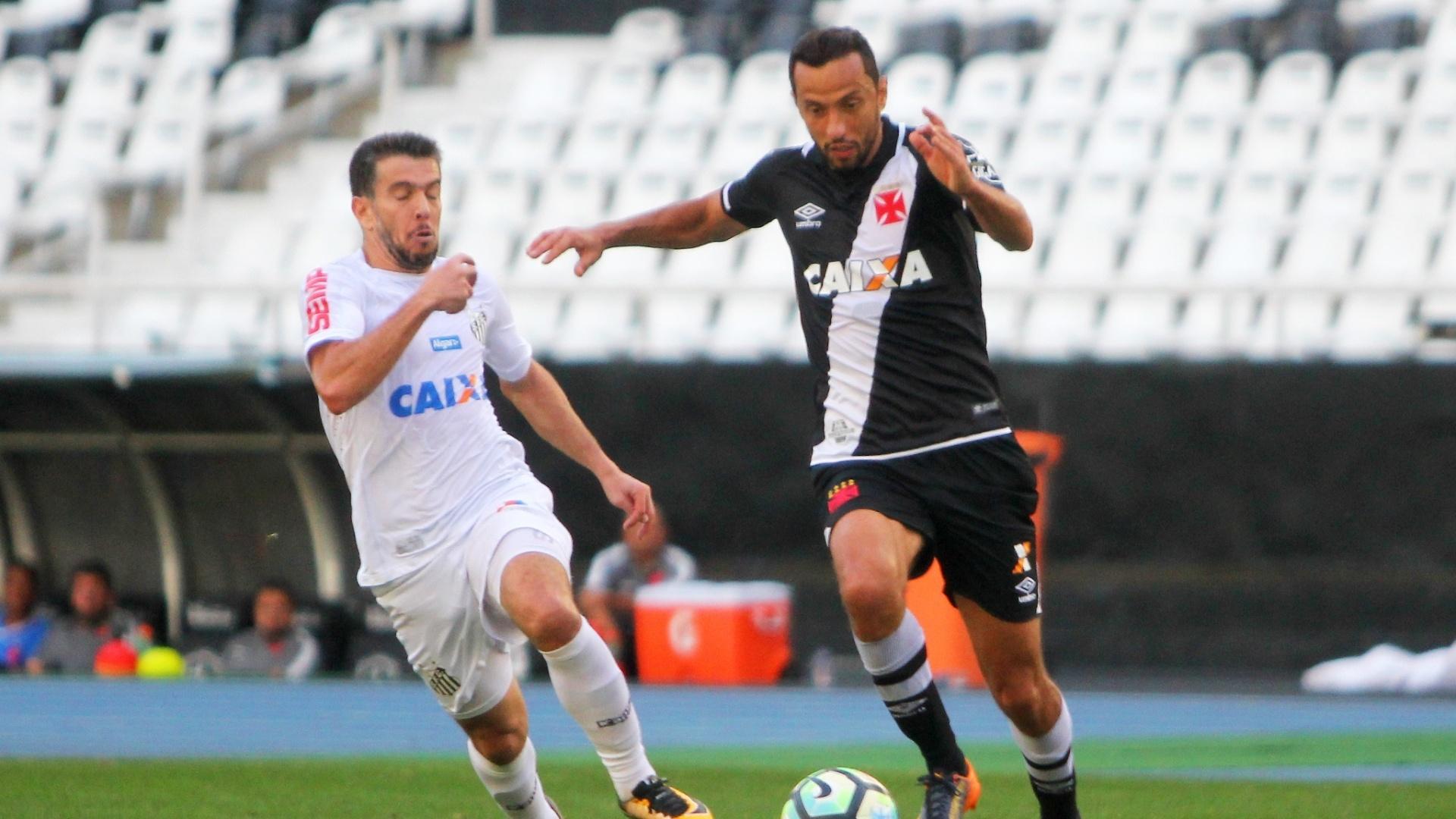 Nenê e Leandro Donizete disputam bola na partida entre Vasco e Santos pelo Campeonato Brasileiro 2017