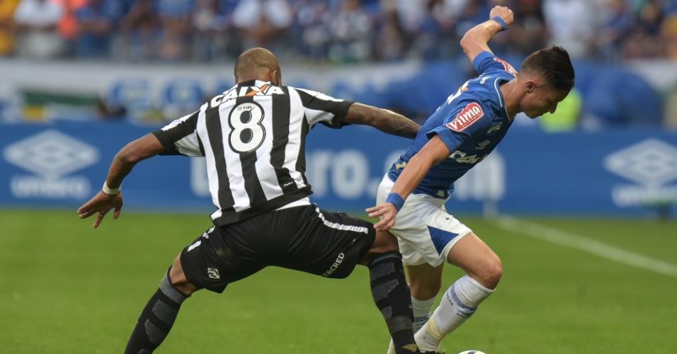 Diogo Barbosa tenta escapar de Bruno Silva em Cruzeiro x Botafogo
