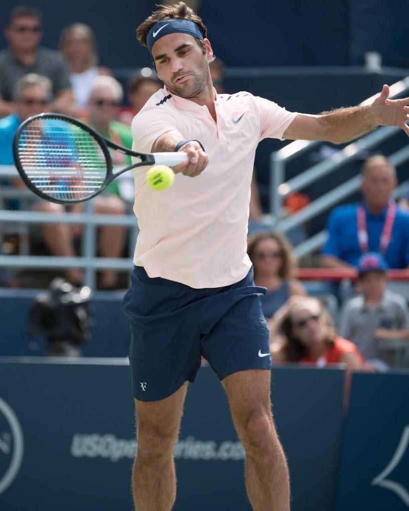 Roger Federer bate na bola diante do holandês Robin Haase na semifinal do Masters 1000 de Montreal