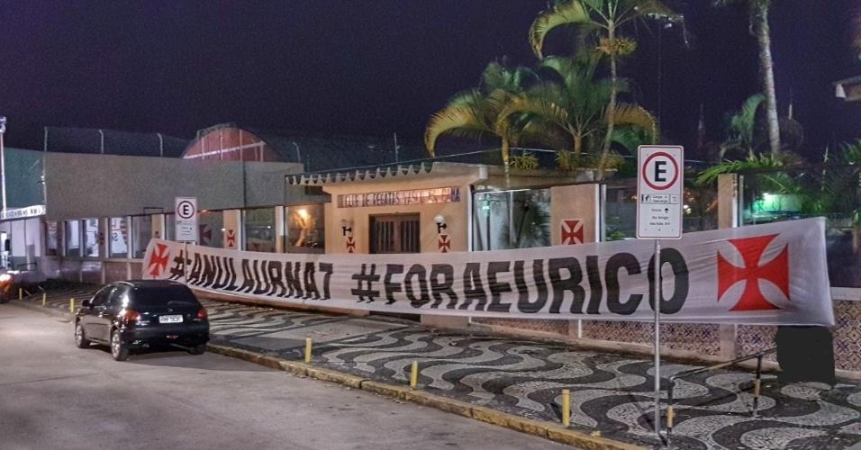 """Grupo de vascaínos estendeu faixa contra Eurico Miranda, em investigação de suposta fraude na eleição.O protesto foi feito pela chapa """"Reage Vasco, Fora Eurico"""", ligada a Júlio Brant"""