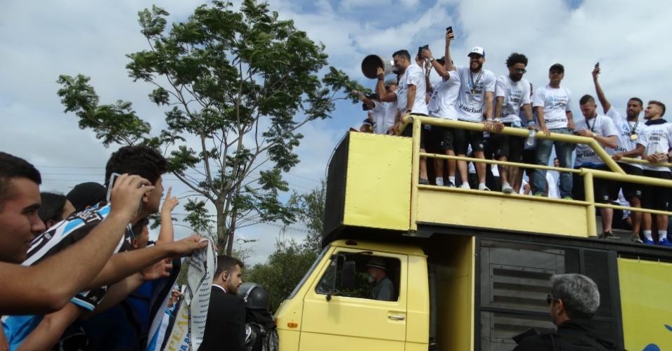 Elenco do Grêmio celebra conquista da Libertadores após bater o Lanús