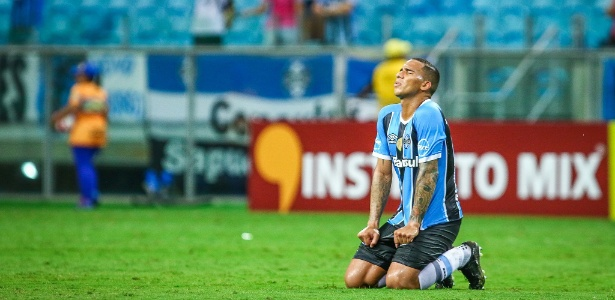 Jael comemora primeiro gol com a camisa do Grêmio, contra o Novo Hamburgo